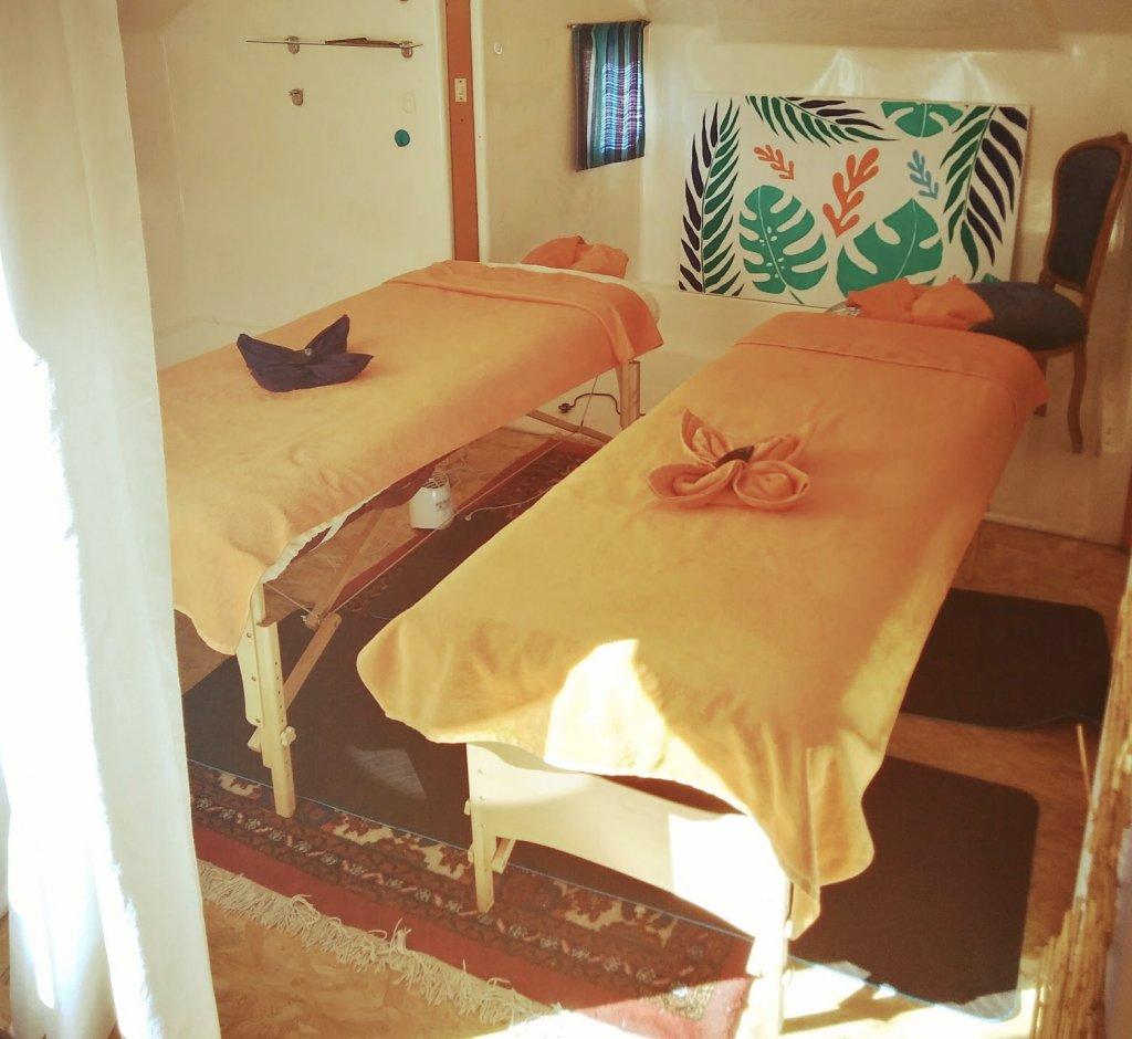 Massage couple massage entre amis massage simultané - nos deux tables de massage prêtes pour accueillir un couple ou des amis pour un massage duo