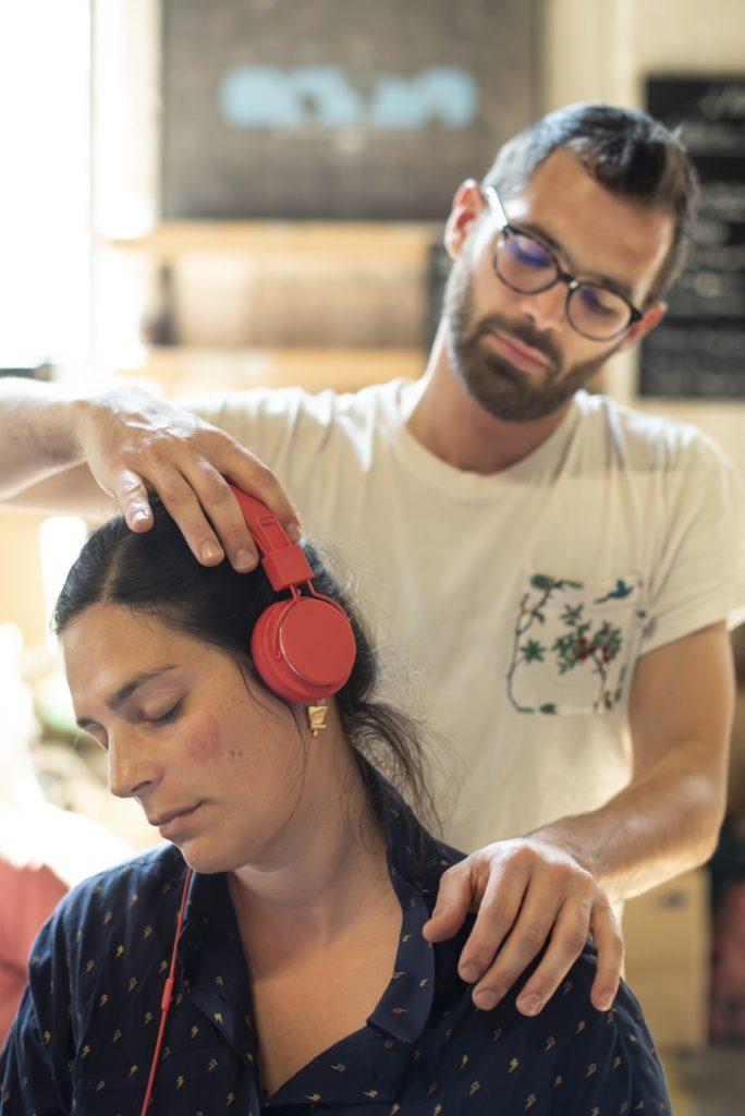 Massage AMMA sur chaise ergonomique avec casque audio immersif étirement du coup