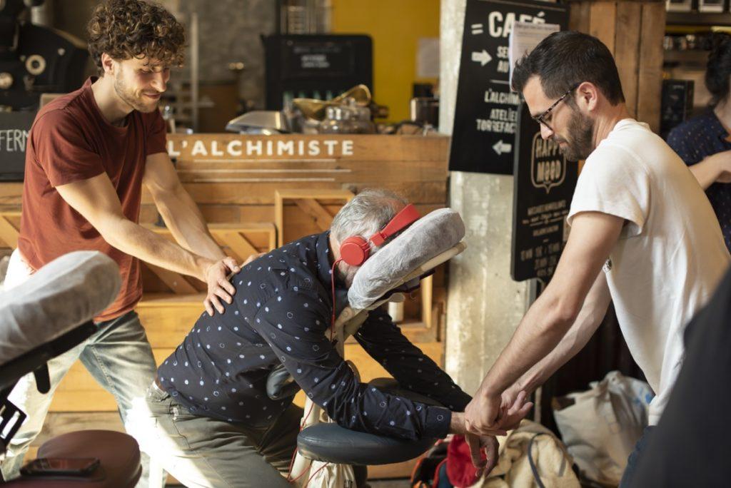 Massage 4 mains sur chaise ergonomique devant L'Alchimiste café dans le Magasin Générale à Darwin
