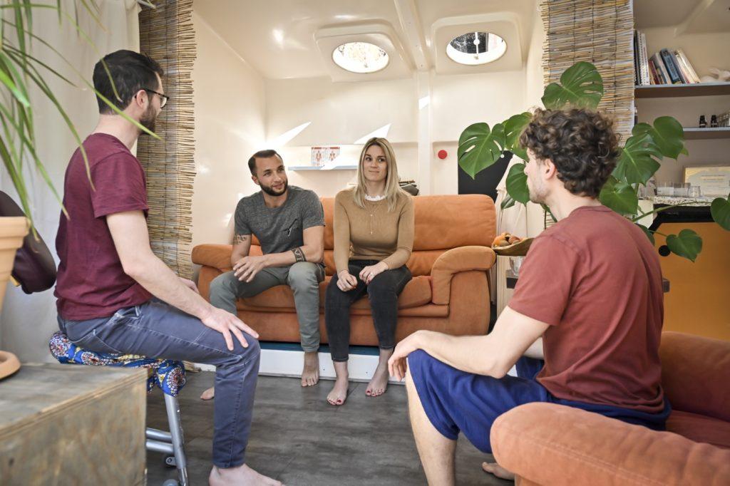 Bastien et Guillaume entrain de discuter avec leurs clients avant un massage duo ou massage couple