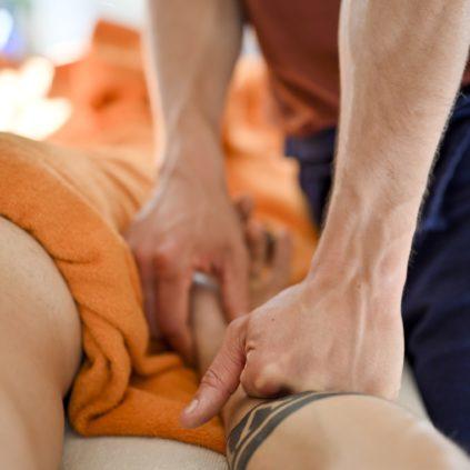 Massage sportif à l'huile avec le poing sur l'avant bras